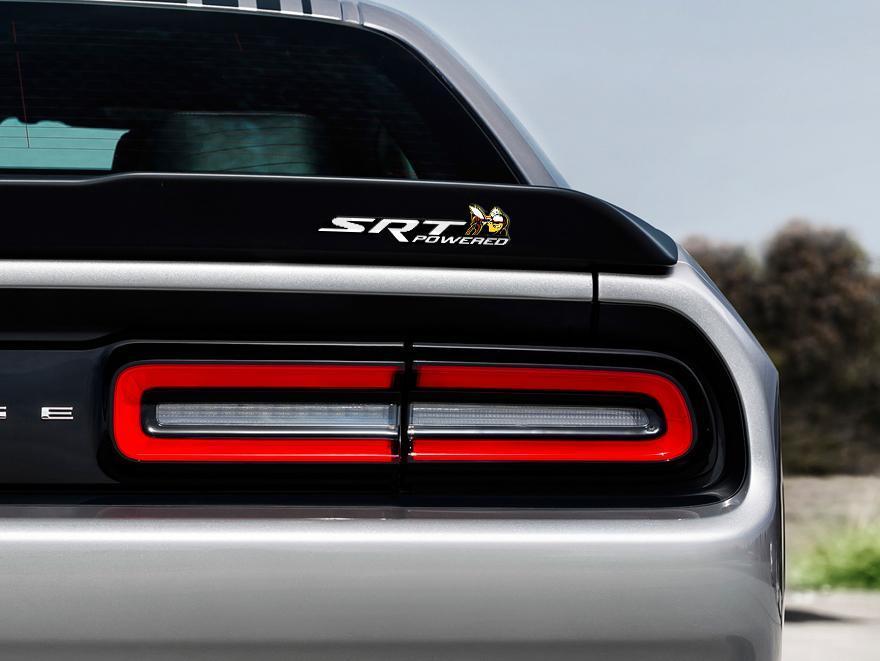 Scat Pack Challenger oder Charger SRT Powered Abzeichen Emblem Kuppel Aufkleber Dodge White Farbe Schwarz Hintergrund