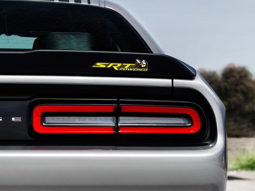 Scat Pack Challenger oder Charger SRT Powered Abzeichen Emblem Kuppel Aufkleber Dodge Gelbe Farbe Grauer Hintergrund mit schwarzen Schatten