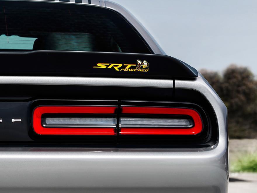 Scat Pack Challenger oder Charger SRT Powered Abzeichen Emblem Kuppel Aufkleber Dodge Gelbe Farbe Schwarzer Hintergrund mit roten Schatten