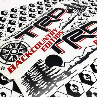 Toyota Racing Development TRD Backcountry Edition 4X4 Bett Seite Berge Kompassbaum Grafische Aufkleber Aufkleber für Tacoma 2016 - 2020 Schwarz Rot